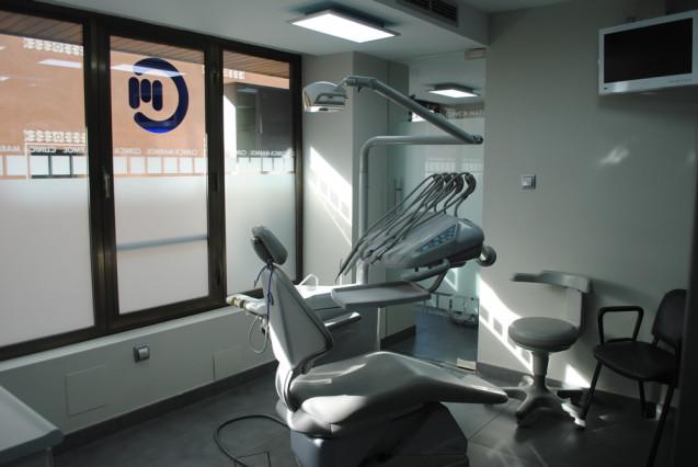 ¿Como se sujeta el implante dental en el hueso?